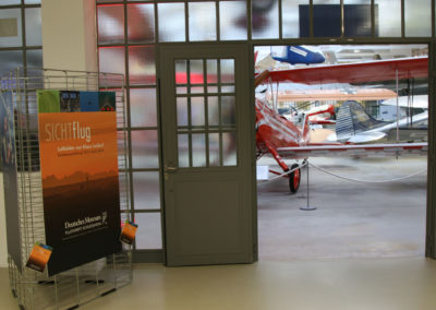 Klaus_Leidorf_entrance_with_aircraft_SICHTflug_visitors
