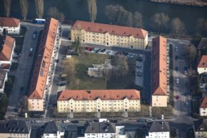 Aerial view of a residential area in Landshut, yellow and red cars in the courtyard - Klaus Leidorf Aerial Photography