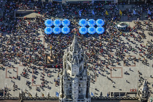 Aerial view of the town hall tower at Marienplatz in Munich, in front of which the tourists are waiting for the carillon - Klaus Leidorf Aerial Photography