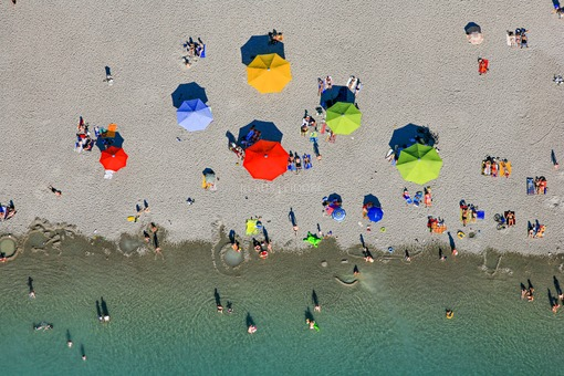 Aerial view of the bathing beach with colorful parasols on the Riemer See in Munich-Riem - Klaus Leidorf Aerial Photography