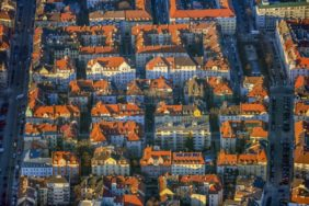 Aerial view of apartment blocks in Munich-Schwabing between Belgradstrasse and Römerstrasse in winter evening light - Klaus Leidorf Aerial Photography