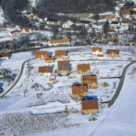 Aerial view of the newly emerging single-family housing estate Flurstrasse in Niedererlbach - Klaus Leidorf Aerial Photography
