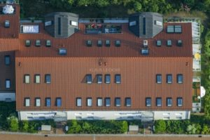 Aerial view of the roof of an apartment building in Bad Abbach - Klaus Leidorf Aerial Photography