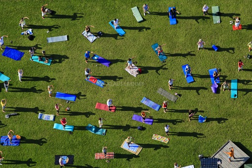 Aerial photograph of people doing gymnastic exercises under guidance in the open air in the Parallel Gardens in Munich-Riem - Klaus Leidorf Aerial Photography