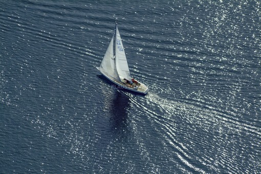 Aerial view of a sailing boat on the Starnberger See - Klaus Leidorf Aerial Photography