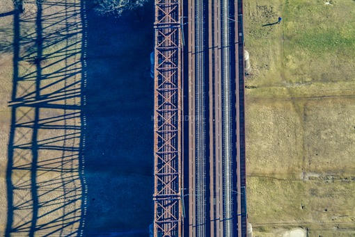 Aerial view of a walker at the Braunau railway bridge in München-Untergiesing - Klaus Leidorf Aerial Photography
