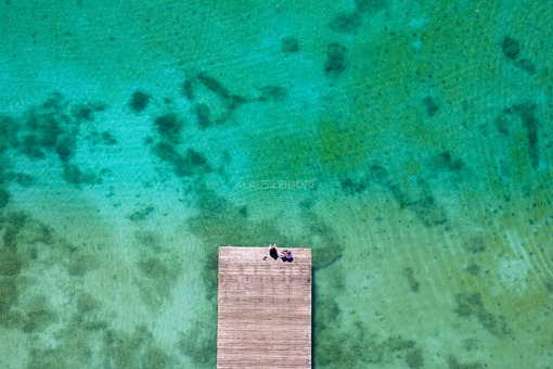 Aerial photo of two people on a landing stage at the regatta course Oberschleissheim - Klaus Leidorf Aerial Photography