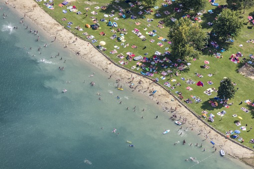 Aerial view of the bathing beach at Wörther See - Klaus Leidorf Aerial Photography