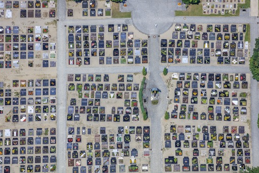 Aerial view of the cemetery in Großmehring - Klaus Leidorf Aerial Photography