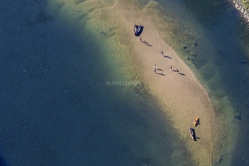 Aerial view of people on a Danube island - Klaus Leidorf Aerial Photography