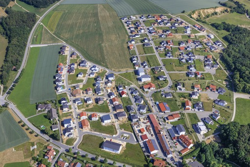 Aerial view of the new housing estate Am Kapellenberg in Ergoldsbach - Klaus Leidorf Aerial Photography
