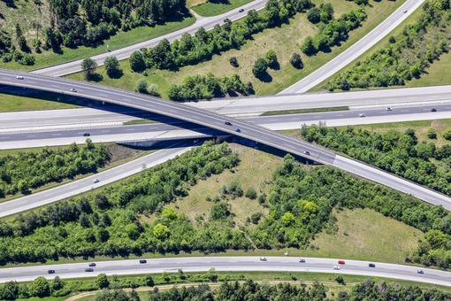 Aerial view of a red car at the motorway junction München-Süd - Klaus Leidorf Aerial Photography