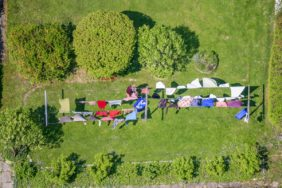 Aerial view of a washing line with washing waving in the wind - Aerial view of a washing line with washing waving in the wind - Klaus Leidorf Aerial Photography