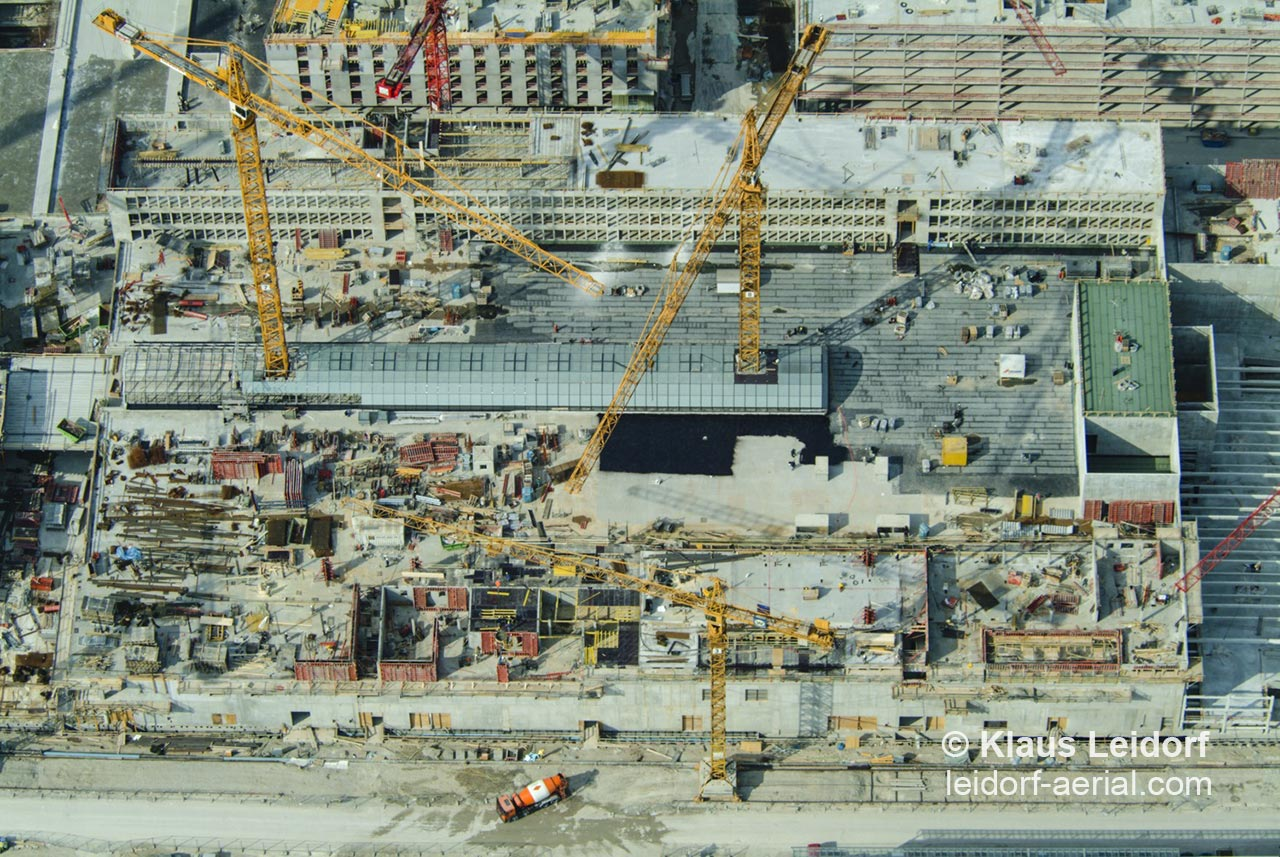 Aerial of a building site of the shopping centre Riem Arcaden in Munich on the grounds of the former airport Munich Riem. 2003-04-08